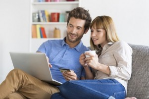 Mid-adult-couple-shopping-using-laptop-and-credit-card-000077027019_Large-624x415